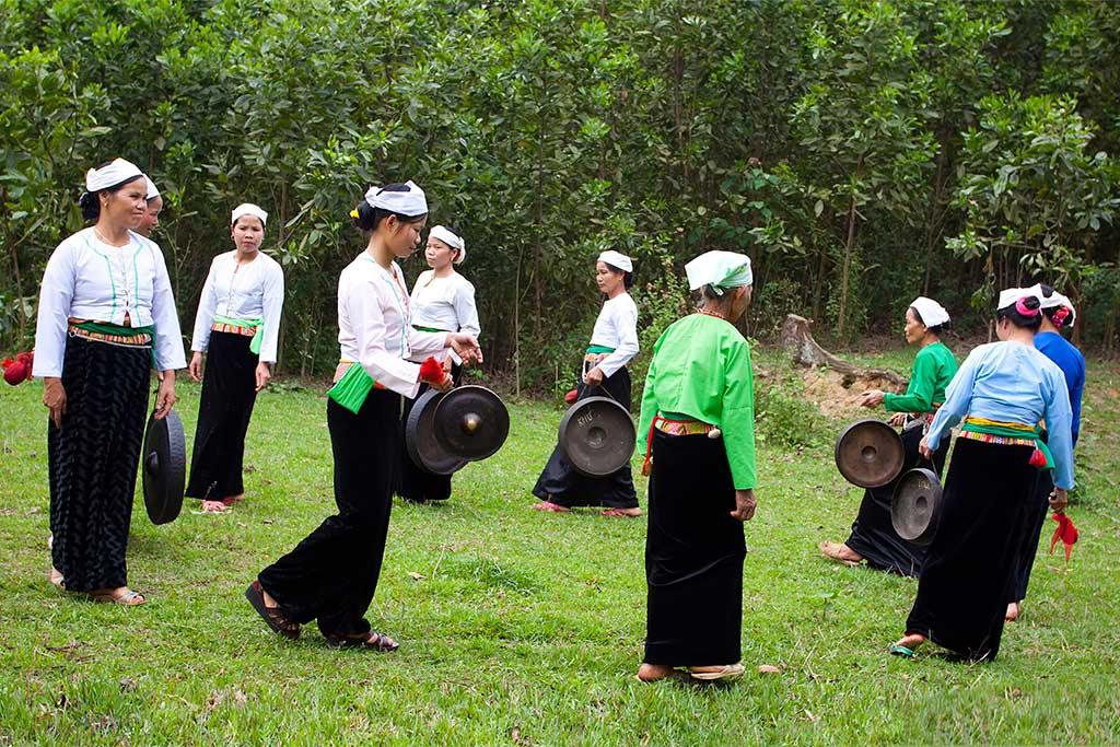 Femmes en tenues traditionnelles à Mai Chau