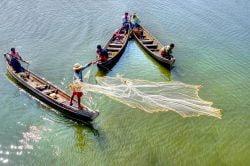 mandalay Birmanie pêcheurs dans des barques