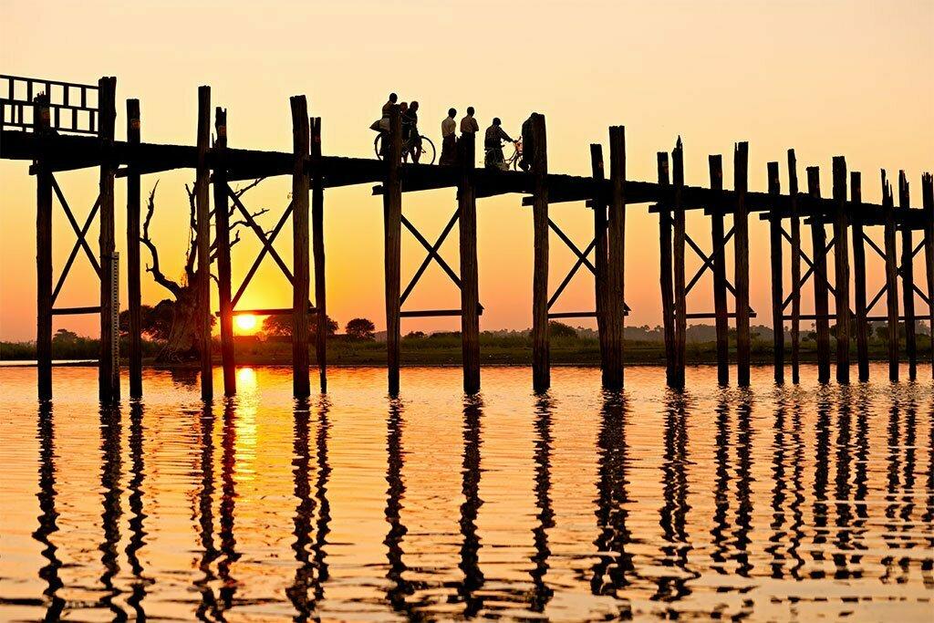 mandalay birmanie pont sur pilotis au couché du soleil