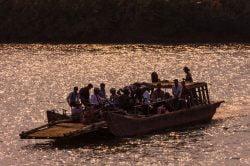 Barque transportant une dizaine de personnes sur le Mékong
