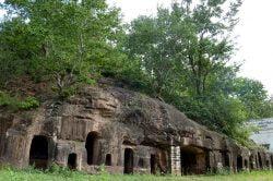 Alcoves taillées directement dans la roche à Monywa