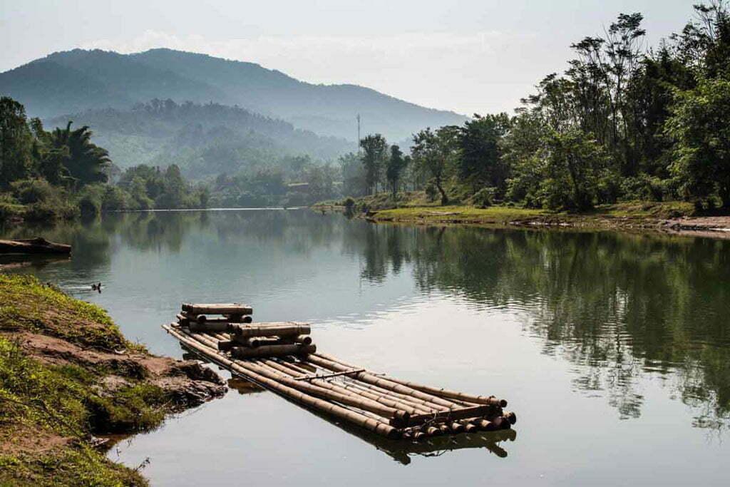 muang la rivière avec radeau
