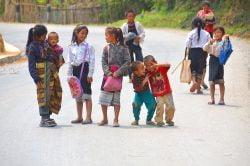 Enfants jouant sur la route à Muang sing