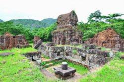 Ruines d'un temple de pierre à My Son de jour