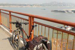 vélo sur un pont à myingyan