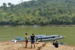 nam ou rivière et touristes montant sur un bateau