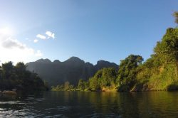 Montagne baignée par le soleil à Nam Song