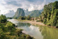 Fleuve, montagne et nuages à Nam Song