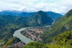 Un fleuve serpentant au milieu des montagnes