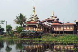 Temple coloré en Birmanie