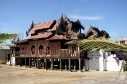nyaung shwe temple avec enfants moines bouddhiste