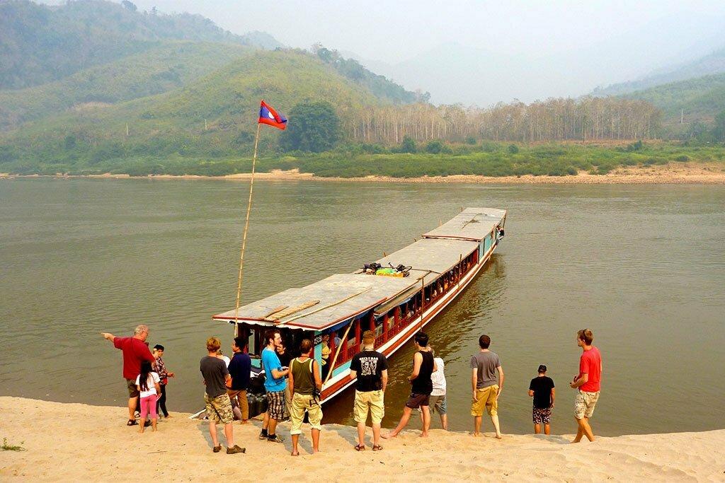 pakbeng rivière et touristes montant sur le bateau