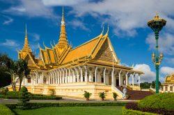 Temple aux couleurs vives sous le ciel bleu à Phnom Penh