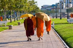 Moines se baladant dans Phnom Penh