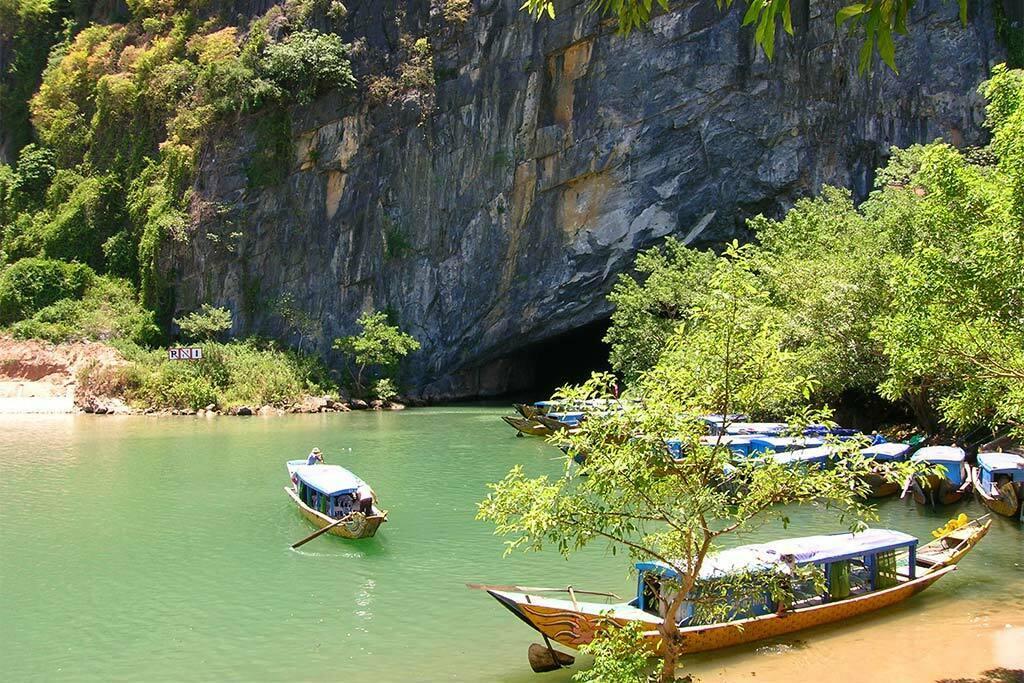 phong nha bateaux à l'entrée d'une grotte