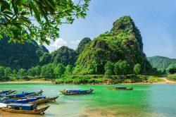 phong nha montagne et végétation au bord de l'eau