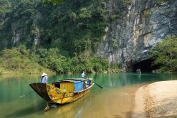 phong nha grotte et bateau sur la rivière