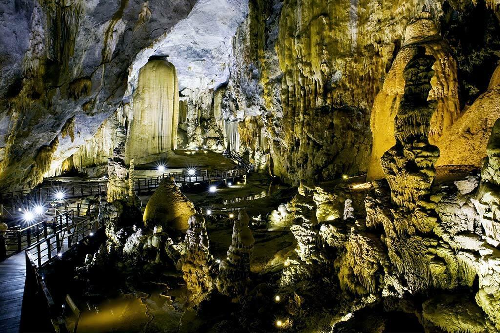 Grotte éclairée à Phong Nha