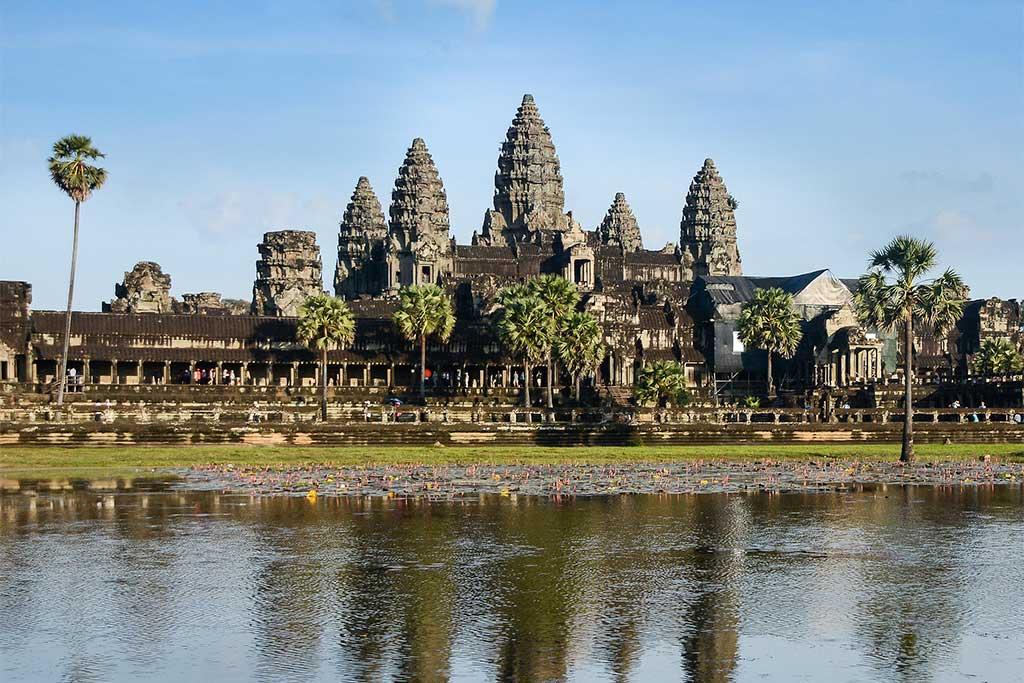 Temple en pierre et son reflet sur l'eau à Siem Reap