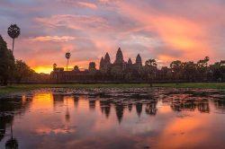 Temple en pierre éclairé par un coucher de soleil, SIEM REAP