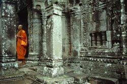 siem reap cambodge, temples d'Angkor avec un moine bouddhiste