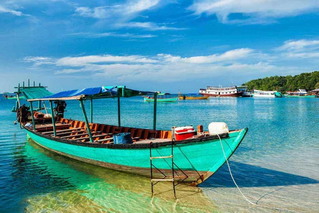 Bateau amarré dans une eau turquoise à Sihanoukville