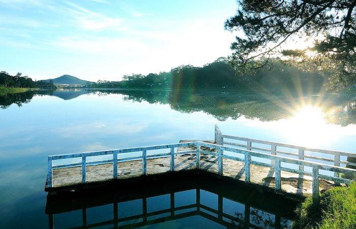 Dalat lac et ponton au soleil