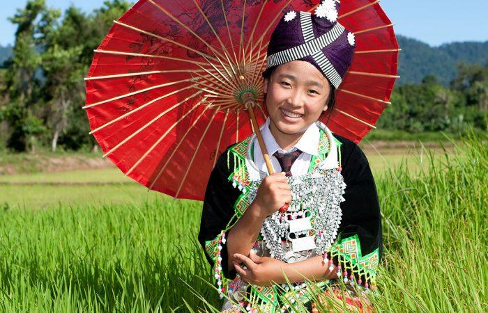 Hmong au Laos tenant une ombrelle