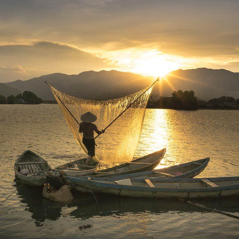 delta du Mekong pêcheur au couché du soleil