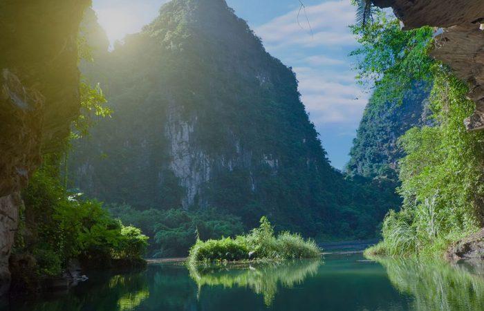 Grands îlots, nature forte et eau calme à Phong Nha