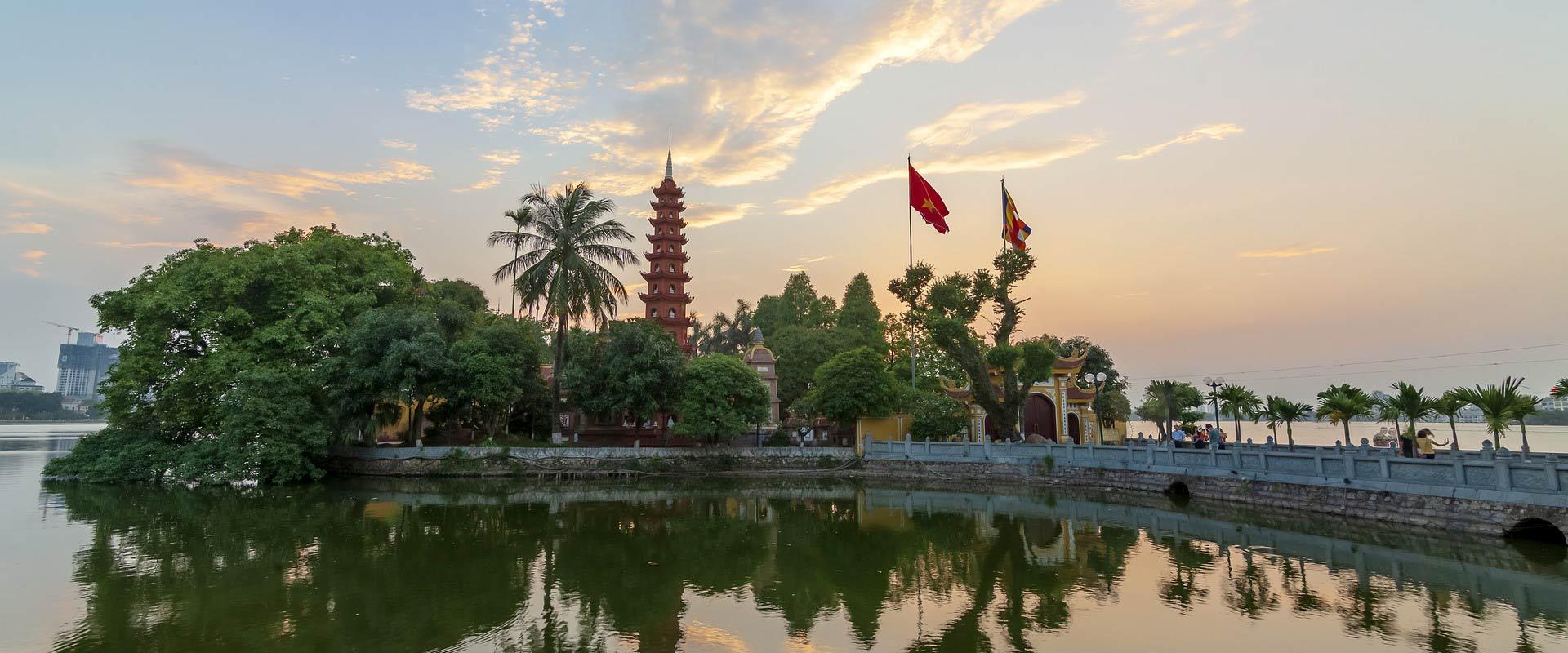 Vietnam, Hanoi, pagode au couché du soleil