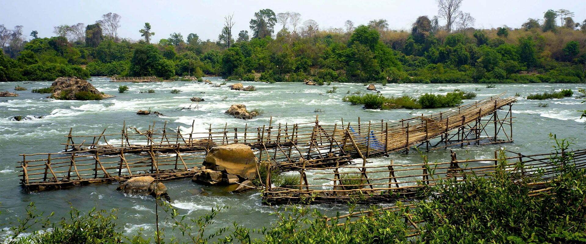 Rivière puissante et constructions en bois