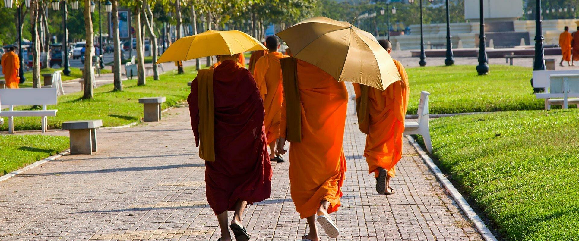 moines bouddhiste marchant en ville avec parapluies, Cambodge