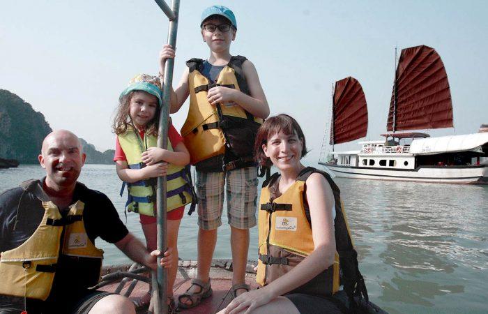 Baie d'Halong famille sur une barque, Vietnam