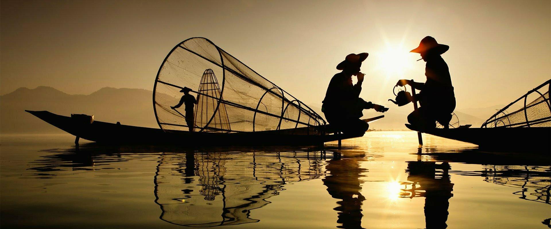Pêcheurs buvant un café perchés sur leur barque