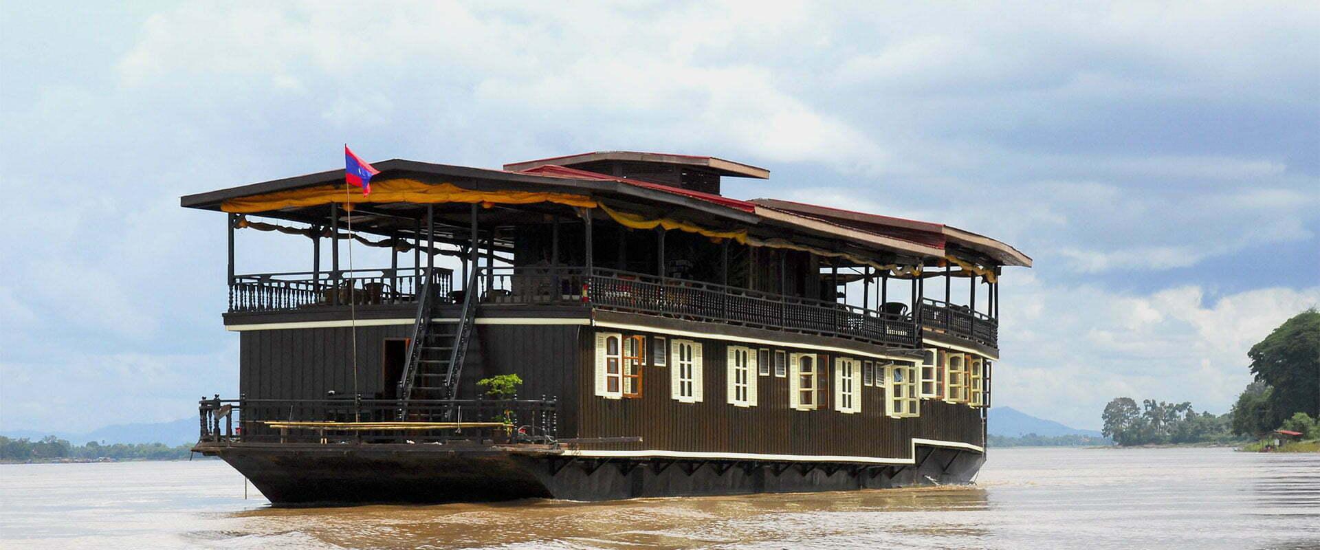 Jonque Wat Phou voguant sur un fleuve