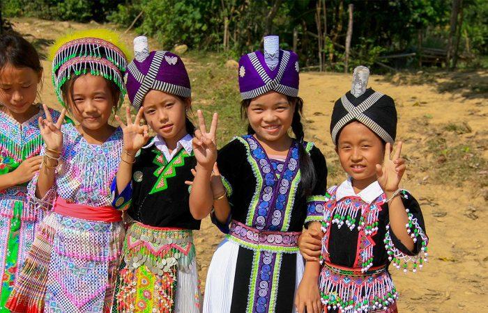 Laos enfants en tenues traditionnelles