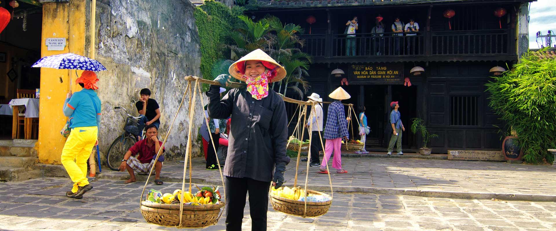 Hoi An femme vendant des fruits Vietnam