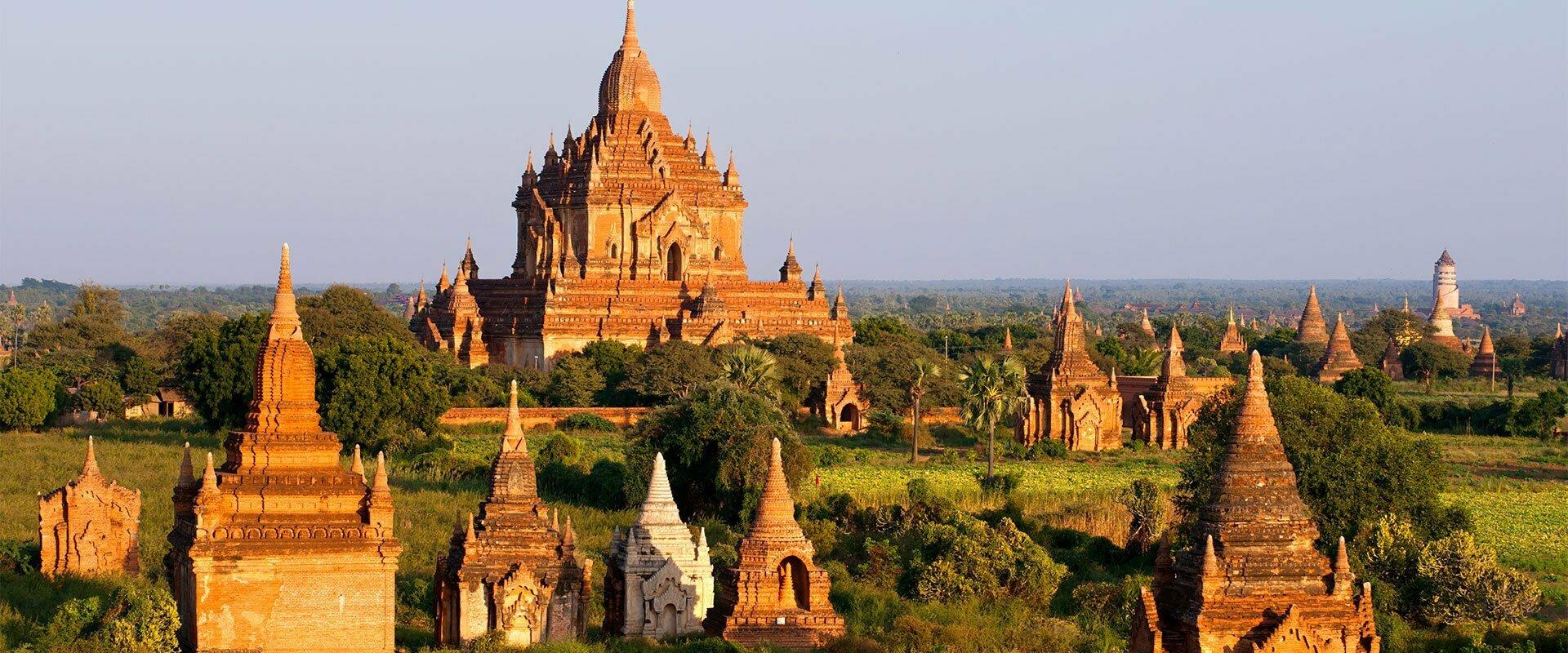Les rayons du soleil éclairent un temple en pierre à Bagan