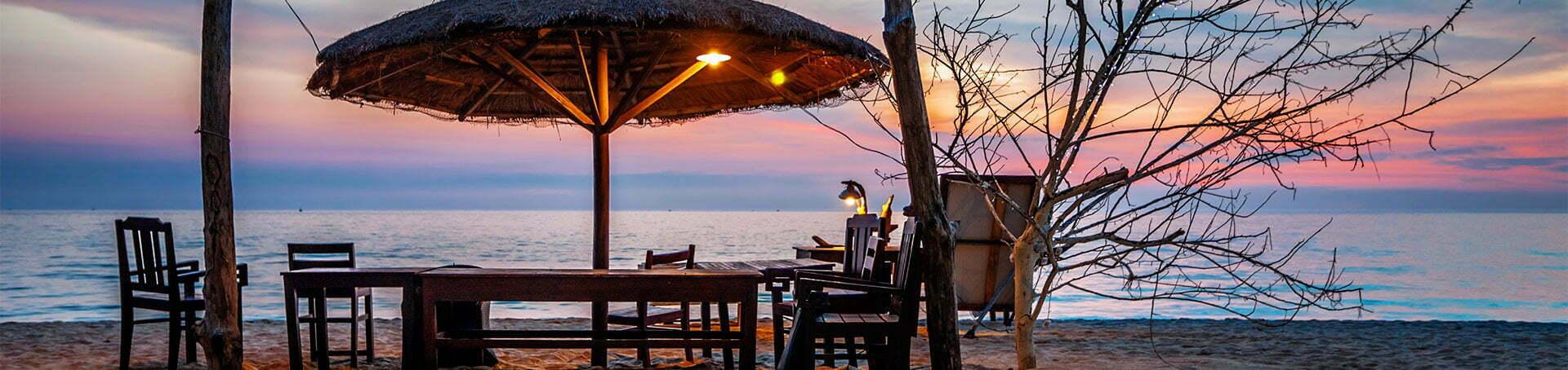 Table, parasol naturel sur une plage