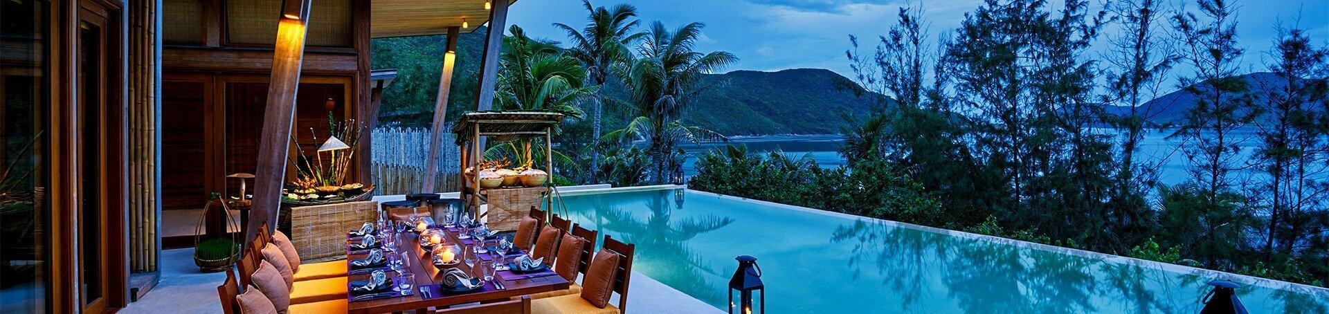 Table luxueuse, piscine et vue sur la mer
