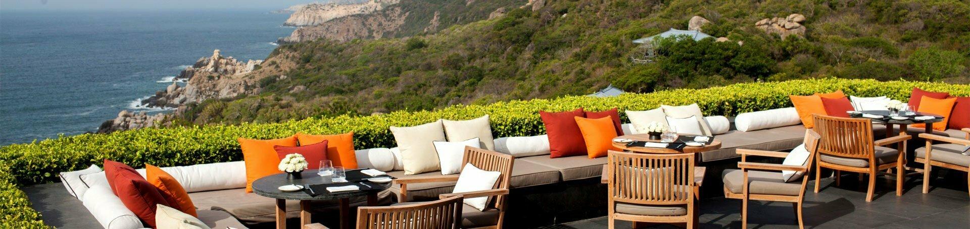 Terrasse avec sofa et table chic face à la mer