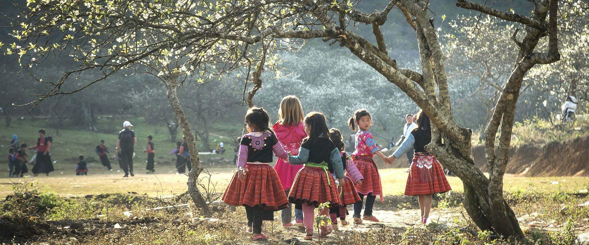 Groupe d'enfants habillés traditionnellement