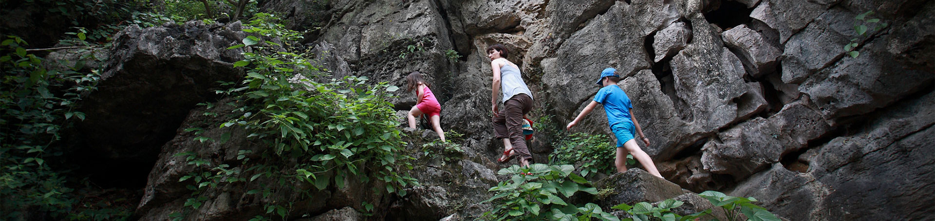 Famille escaladant une falaise