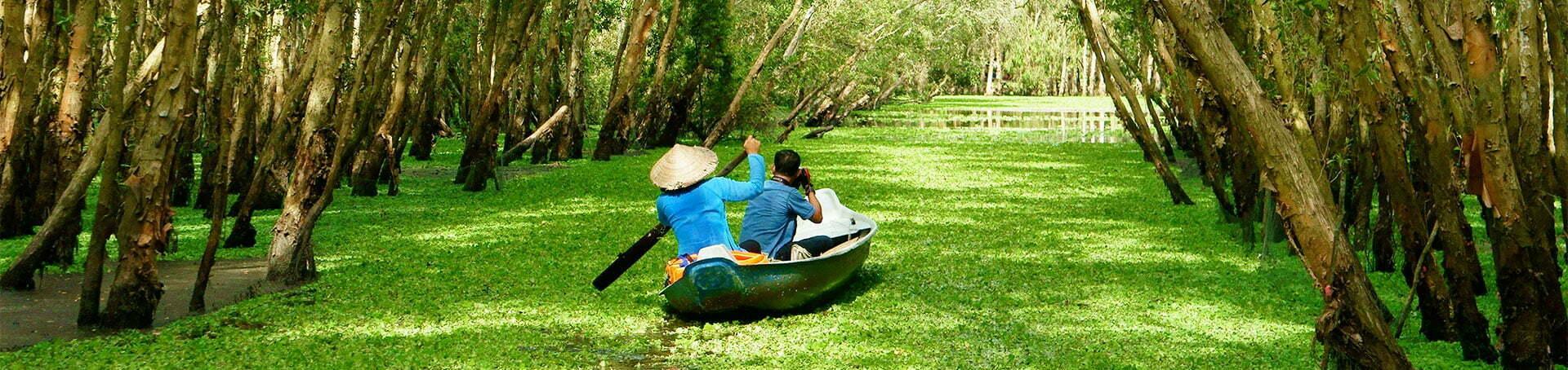 Petite barque avec un photographe et un guide sur un cours d'eau