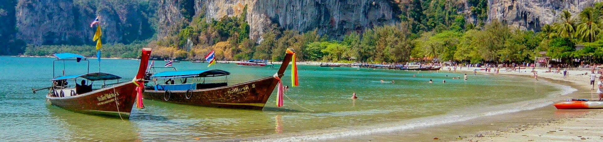 Bateaux amarrés sur une plage touristiques