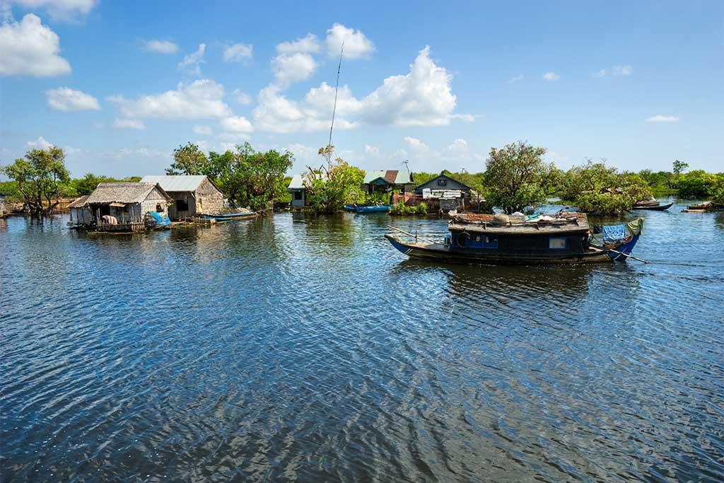 Habitations et bateau à Tonle Sap