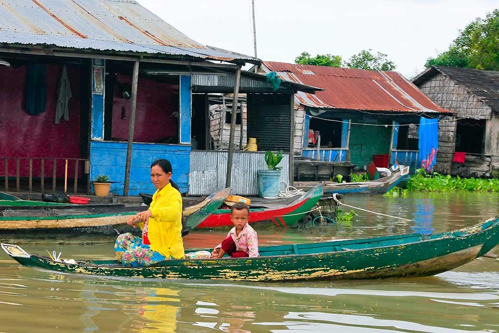 Une mère et son enfant sur une barque à Tonle Sap