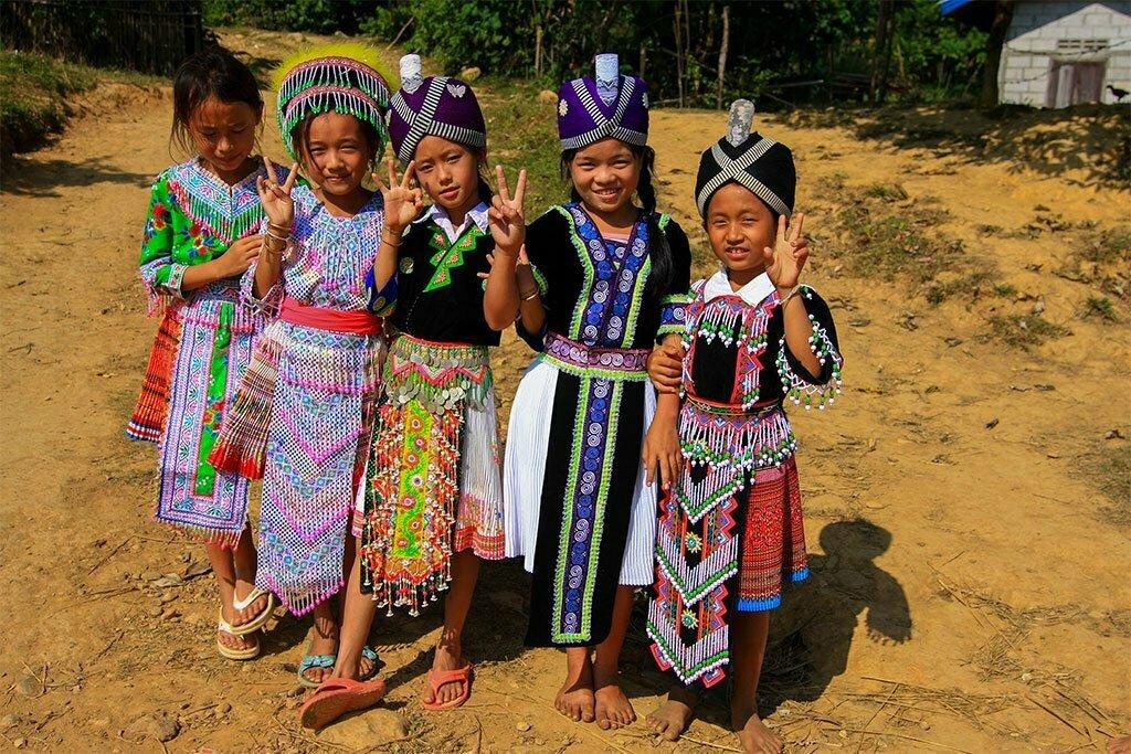 Laos vang vieng enfants en tenues traditionnelles