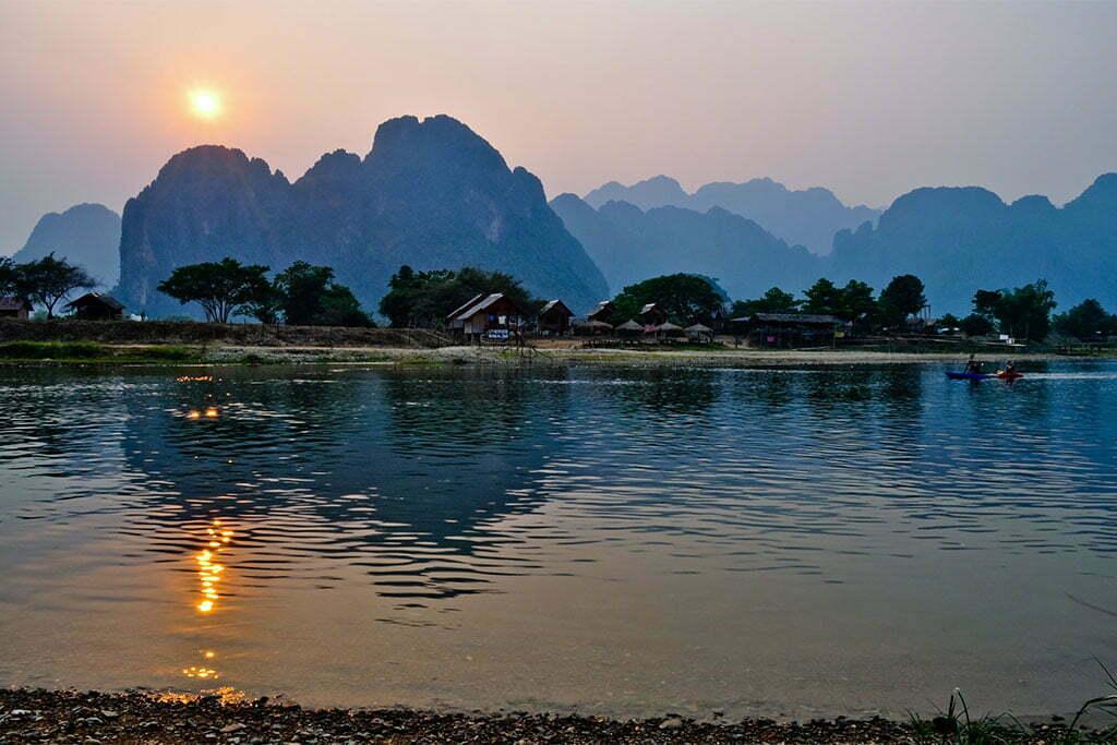 vang vieng rivière coucher de soleil